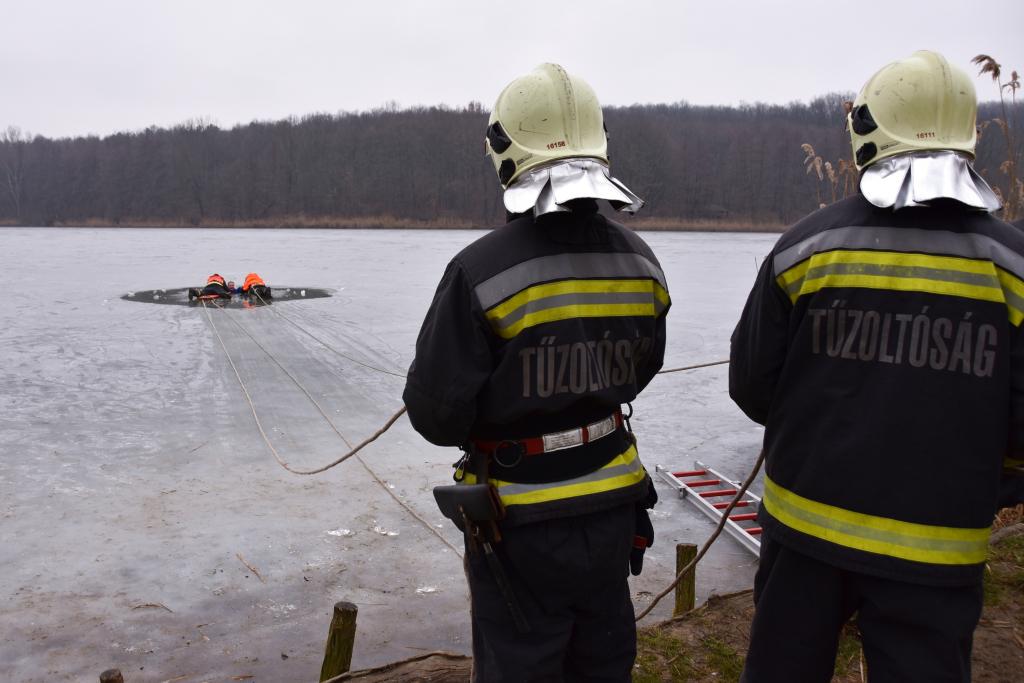 A jégről mentést gyakorolták a tűzoltók a Desedán