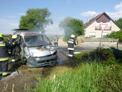 tűzoltók oltják a kocsit