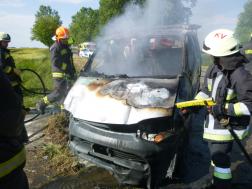 tűzoltók oltják az autó motorterét