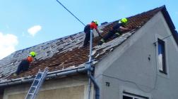 tűzoltók a tetőről szedik le a palát