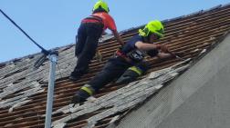tűzoltók dolgoznak a tetőn