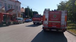 tűzoltó autók az utcán állnak