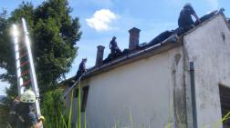 tűzoltók a tetőt fóliázzák