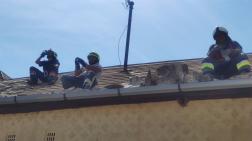 tetőn a tűzoltók, frissítenek