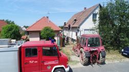 traktor, tűzoltó, tetőt javítanak