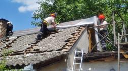 tetőn dolgozik az  önkéntes