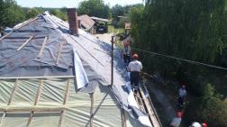 a tető fóliázása folyik