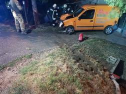 összetört autó, tűzoltók végzik a műszaki mentést