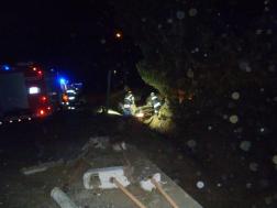 tűzoltók mentik a sérültet