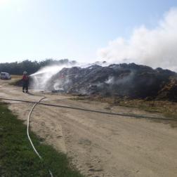 Oltják a lángokat a tűzoltók