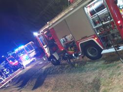 tűzoltó gépjárművek az utcán állnak