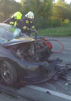 összetört autó mellett feszítővágó
